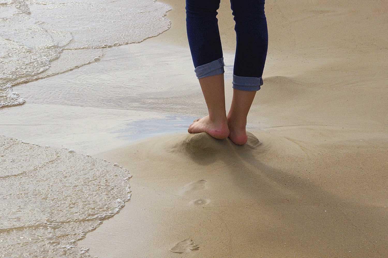 فوائد المشي حافي القدمين