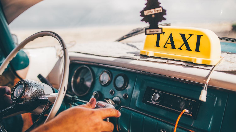 نصائح للمسافرات المنفردات في سيارة الأجرة على طرق غير مأهولة للدفاع عن أنفسهن ضد السائق الخبيث.